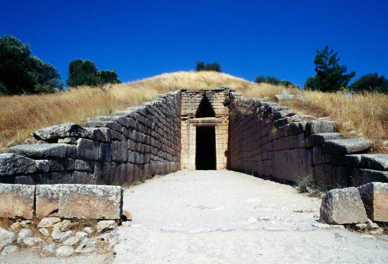 GREECE - AUGUST 29: Entrance to the Treasury of Atreus, tholos tomb also known as the Tomb of Agamemnon, Mycenae necropolis (UNESCO World Heritage List, 1999), Greece. Mycenaean civilisation, 15th century BC. (Photo by DeAgostini/Getty Images)