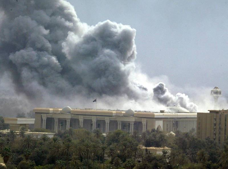 Smoke billows from an explosion in Iraqi President Saddam Hussein's guest palace bombed during a coalition air raid 31 March 2003. Coalition warplanes pounded the Iraqi capital and its outskirts, with loud explosions rocking the city.     AFP PHOTO/Ramzi HAIDAR (Photo by RAMZI HAIDAR / AFP)