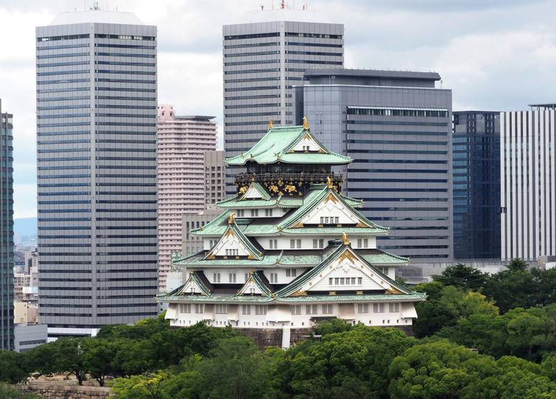 This August 9, 2018 picture shows the traditional landmark Osaka castle (C) and buildings at Osaka Business park in Osaka city, a neighbour city to Higashiosaka, one of the host cities of the next 2019 Rugby World Cup in Japan. (Photo by Toshifumi KITAMURA / AFP)