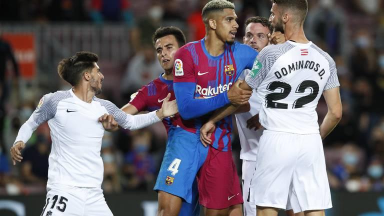 An image that illustrates this article Barcelona ratings v Granada: Araujo 9, Memphis 7, De Jong, Busquets and Coutinho 5