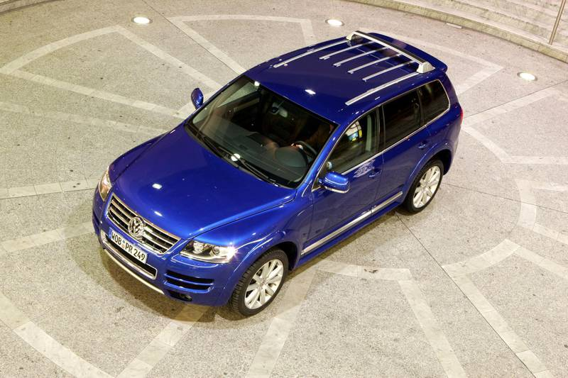 B4CBR0 Car, VW Volkswagen Touareg W12 Sport, model year 2004-, blue, cross country vehicle, standing, upholding, diagonal from above, f. Image shot 2005. Exact date unknown.