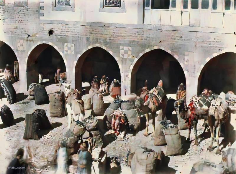 Cour d'un Khân, Homs, Syrie, 21 octobre 1921, (Autochrome, 9 x 12 cm),  Frédéric Gadmer, Département des Hauts-de-Seine, musée Albert-Kahn, Archives de la Planète, A 29 806 S