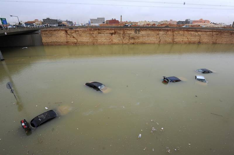 Vehicles are seen submerged in water in a flooded highway in western Riyadh following heavy rainfall across most of Saudi Arabia on November 25, 2015. Schools were closed for a second day in the country as rain continued to fall. AFP PHOTO / FAYEZ NURELDINE (Photo by FAYEZ NURELDINE / AFP)