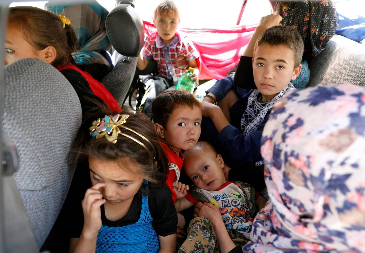 Afghan children ride in a vehicle as they flee their houses following heavy fighting in Ghazni Province, on the Ghazni - Kabul highway, Afghanistan August 14, 2018.REUTERS/Mohammad Ismail