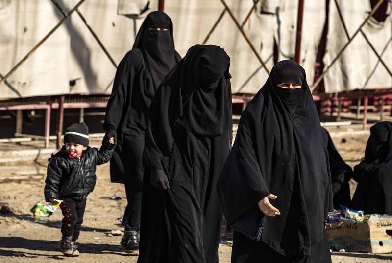 Women walk inside the Kurdish-run al-Hol camp in the al-Hasakeh governorate in northeastern Syria on January 25, 2020, where families of Islamic State (IS) foreign fighters are held.  / AFP / Delil SOULEIMAN
