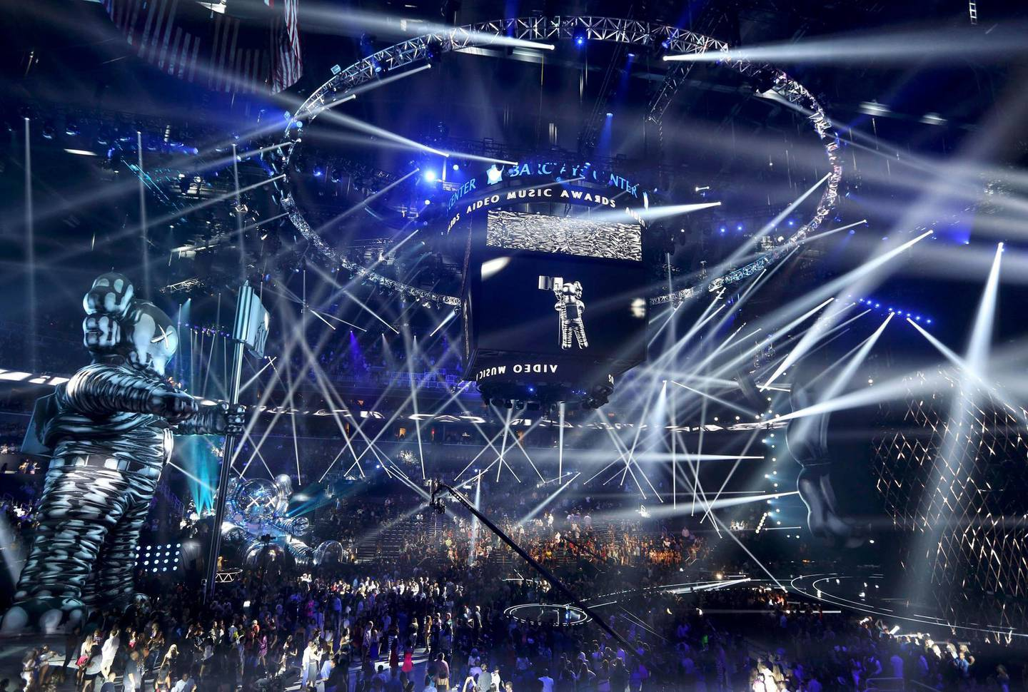General view during the 2013 MTV Video Music Awards in New York August 25, 2013.   REUTERS/Lucas Jackson (UNITED STATES  - Tags: ENTERTAINMENT)  (MTV-SHOW) *** Local Caption ***  NYC82_TELEVISION-MT_0826_11.JPG
