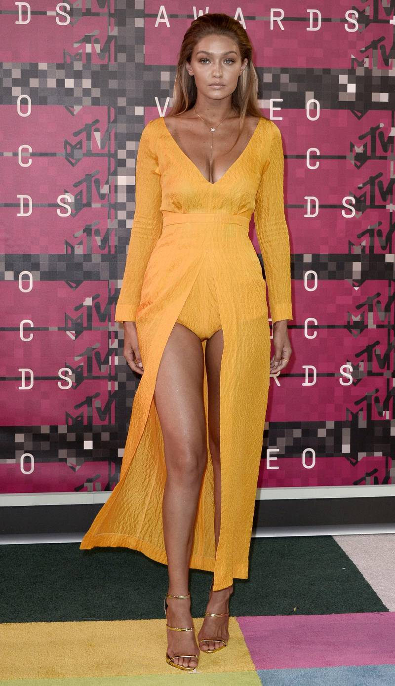 epa04906168 Gigi Hadid arrives on the red carpet for the 32nd MTV Video Music Awards at the Microsoft Theater in Los Angeles, California, USA, 30 August 2015.  EPA/PAUL BUCK