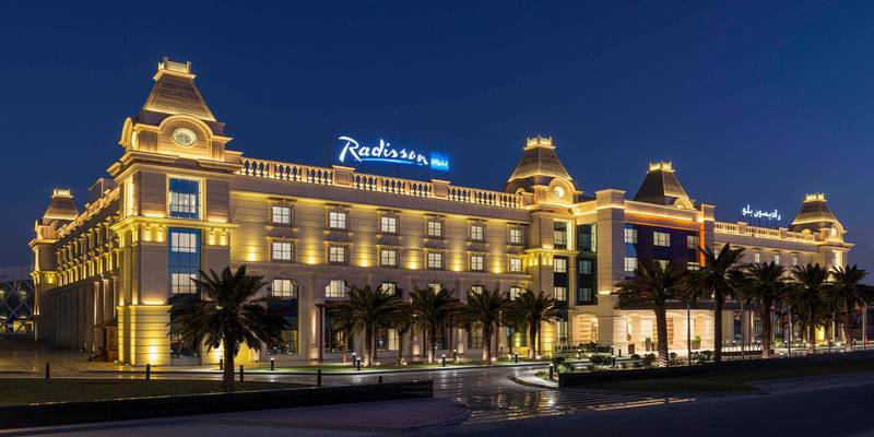 Radisson Blu Hotel Ajman - Facade - Night. Courtesy Radisson Blu Hotel Ajman