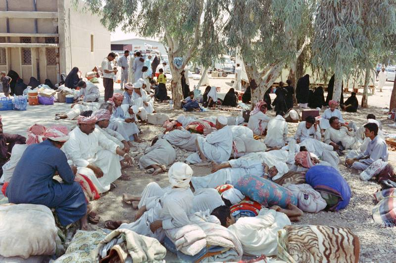 Picture taken on August 14, 1990 at Ruwaished showing Arab refugees from different countries waiting for the permission to return to their homelands at the Iraq-Jordan border checkpoint as thousands of foreigners flee the war in Iraq and Kuwait. (Photo by Nabil ISMAIL / AFP)