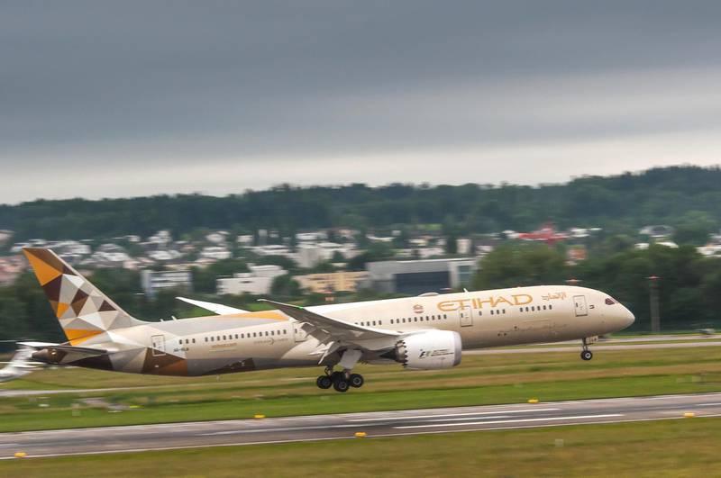 JTD8W8 Etihad airlines Deamliner Boeing 787-9 landing in Zurich airport
