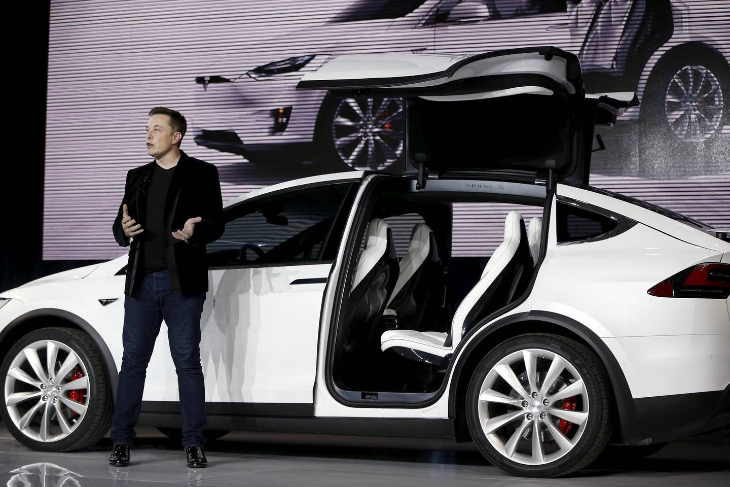 FILE PHOTO: Tesla Motors CEO Elon Musk introduces the falcon wing door on the Model X electric sports-utility vehicles during a presentation in Fremont, California September 29, 2015. Tesla Motors delivered the first of its long-awaited Model X electric sports-utility vehicles on Tuesday, a product investors are counting on to make the pioneering company profitable after years of losses. REUTERS/Stephen Lam/File Photo