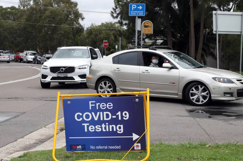 Residents of the northern beaches queue up for Covid-19 tests at a roadside testing centre in Sydney on December 20, 2020.   / AFP / GLENN NICHOLLS