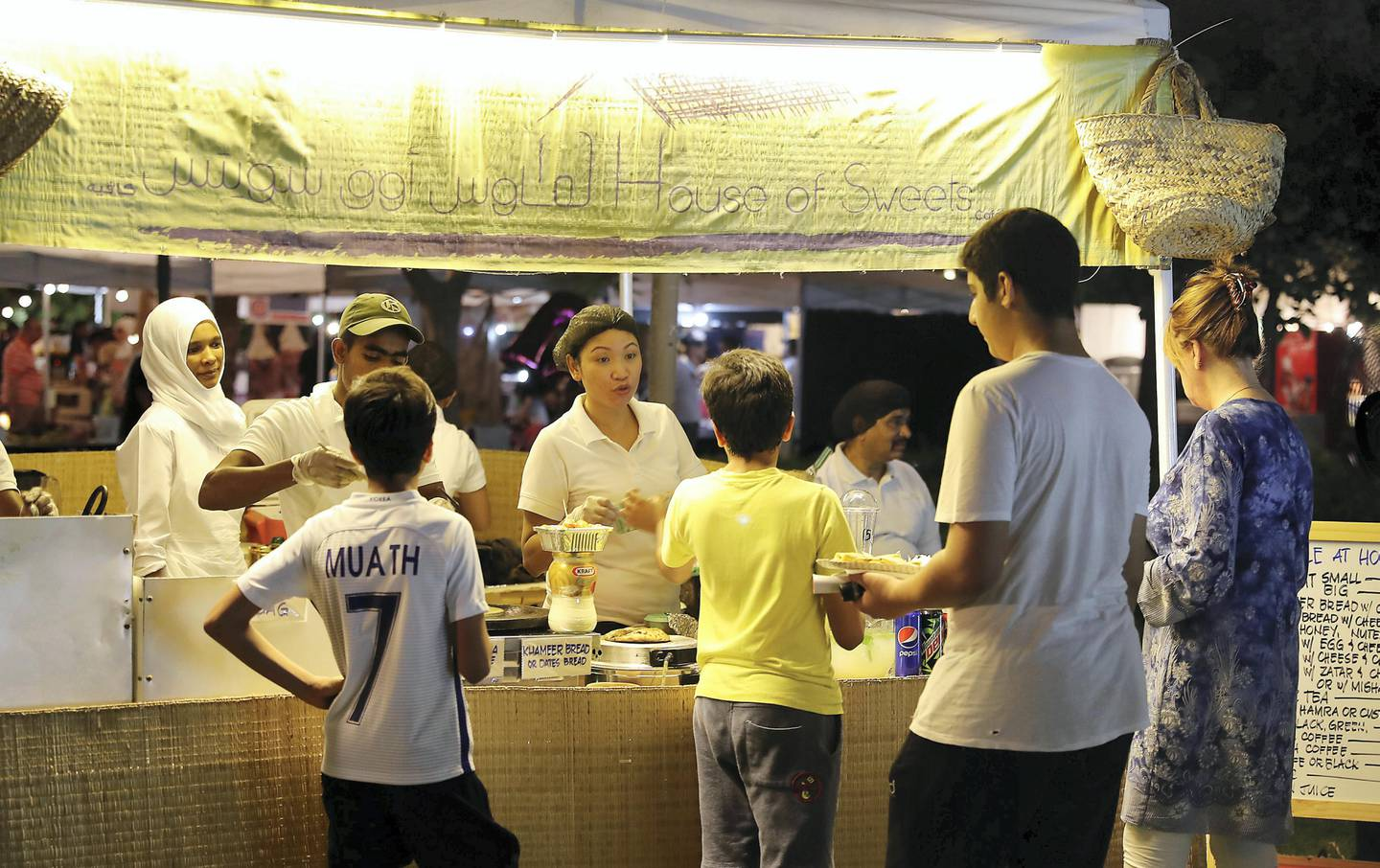 DUBAI , UNITED ARAB EMIRATES , OCT 21   – 2017 :- People buying food from House of Sweets café at the Ripe Market held at Al Barsha Pond Park in Dubai. (Pawan Singh / The National) Story by Hala Khalaf