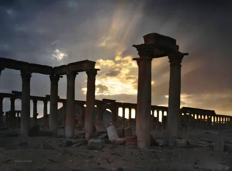 La grande colonnade au crépuscule, Palmyre, Syrie, 17 octobre 1921, (Autochrome, 9 x 12 cm),  Frédéric Gadmer, Département des Hauts-de-Seine, musée Albert-Kahn, Archives de la Planète, A 29 695 S