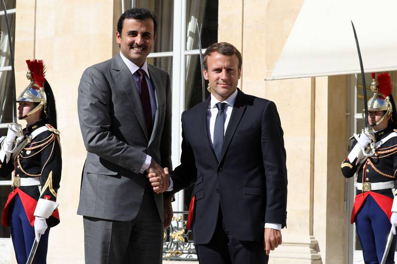 French President Emmanuel Macron shakes hands with Qatar's Emir Sheik Tamim bin Hamad al-Thani upon his arrival at the Elysee palace for a meeting on September 15, 2017, in Paris. / AFP PHOTO / ludovic MARIN