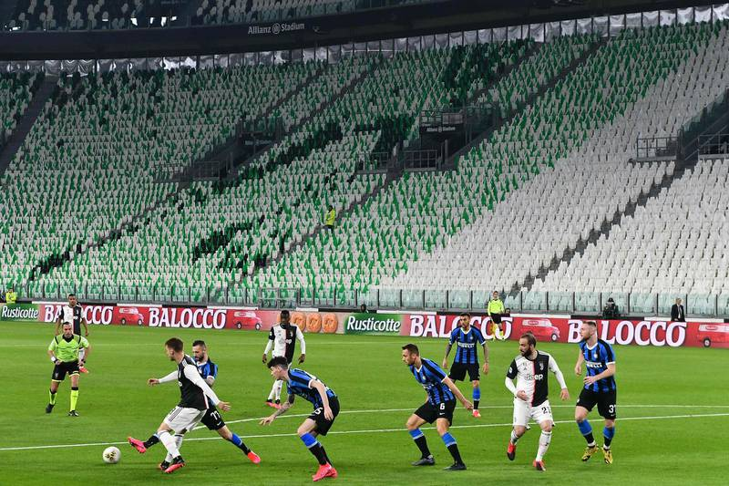 TOPSHOT - Inter Milan and Juventus players compete in an empty stadium due to the novel coronavirus outbreak during the Italian Serie A football match Juventus vs Inter Milan, at the Juventus stadium in Turin on March 8, 2020.  / AFP / Vincenzo PINTO