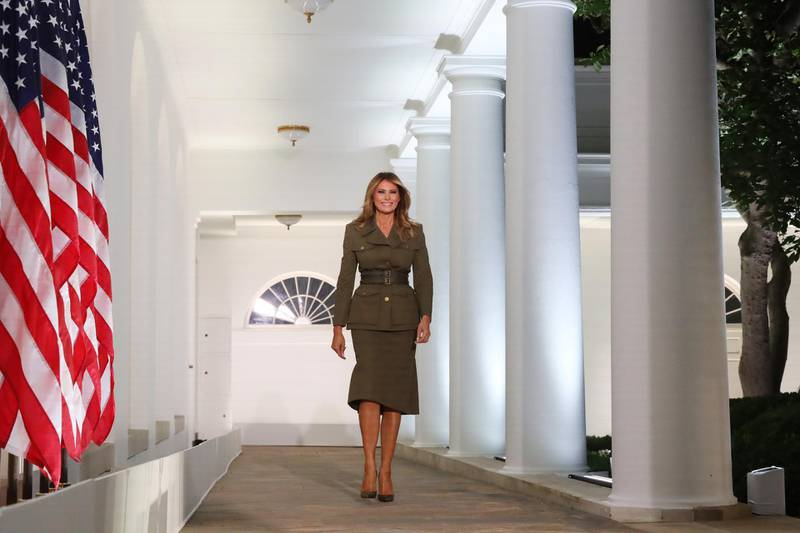 epa08625960 United States First Lady Melania Trump walks down the Colonnade to deliver a speech, during the second night of the Republican National Convention, in the Rose Garden at the White House in Washington, DC, USA, 25 August 2020. Due to the coronavirus pandemic the Republican Party has moved to a televised format for its convention.  EPA-EFE/MICHAEL REYNOLDS / POOL
