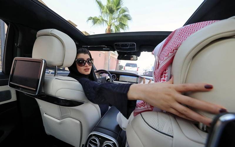 TOPSHOT - A Saudi woman practices driving in Riyadh, on April 29, 2018, ahead of the lifting of a ban on women driving in Saudi Arabia in the summer.  In September 2017, a royal decree announced the end of a ban on women driving -- the only one of its kind in the world -- as of June 2018. / AFP PHOTO / Yousef DOUBISI