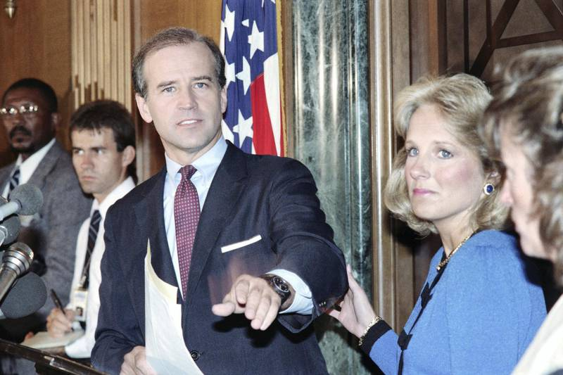 US Senator Joseph Biden, D-Del., announces on September 23, 1987 that he is withdrawing from the race for the 1988 Democratic presidential nomination, as his wife Jill grasps his arm (R). (Photo by Jerome DELAY / AFP)