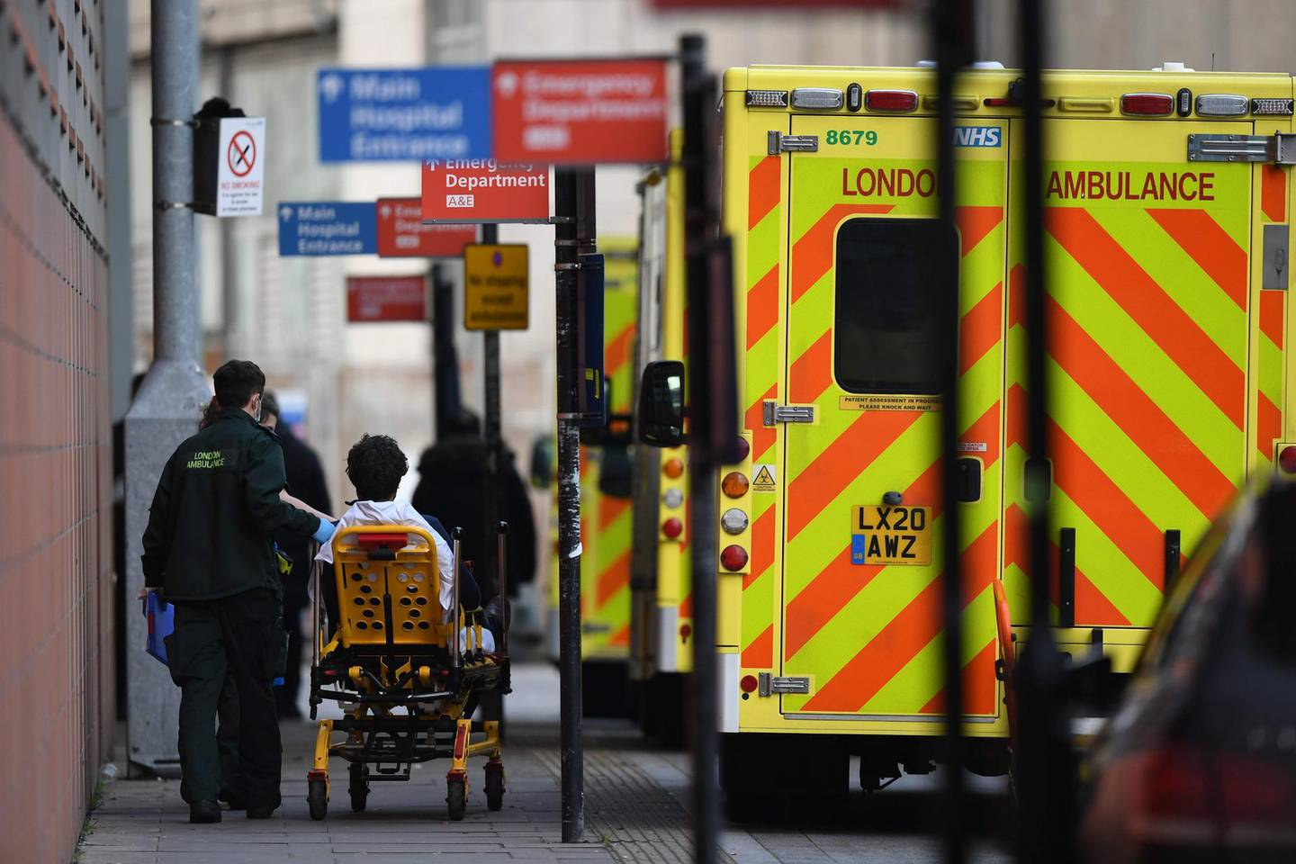 A patient is wheeled into the Royal London hospital in London on January 12, 2021 as surging cases of the novel coronavirus are placing health services under increasing pressure.  / AFP / DANIEL LEAL-OLIVAS