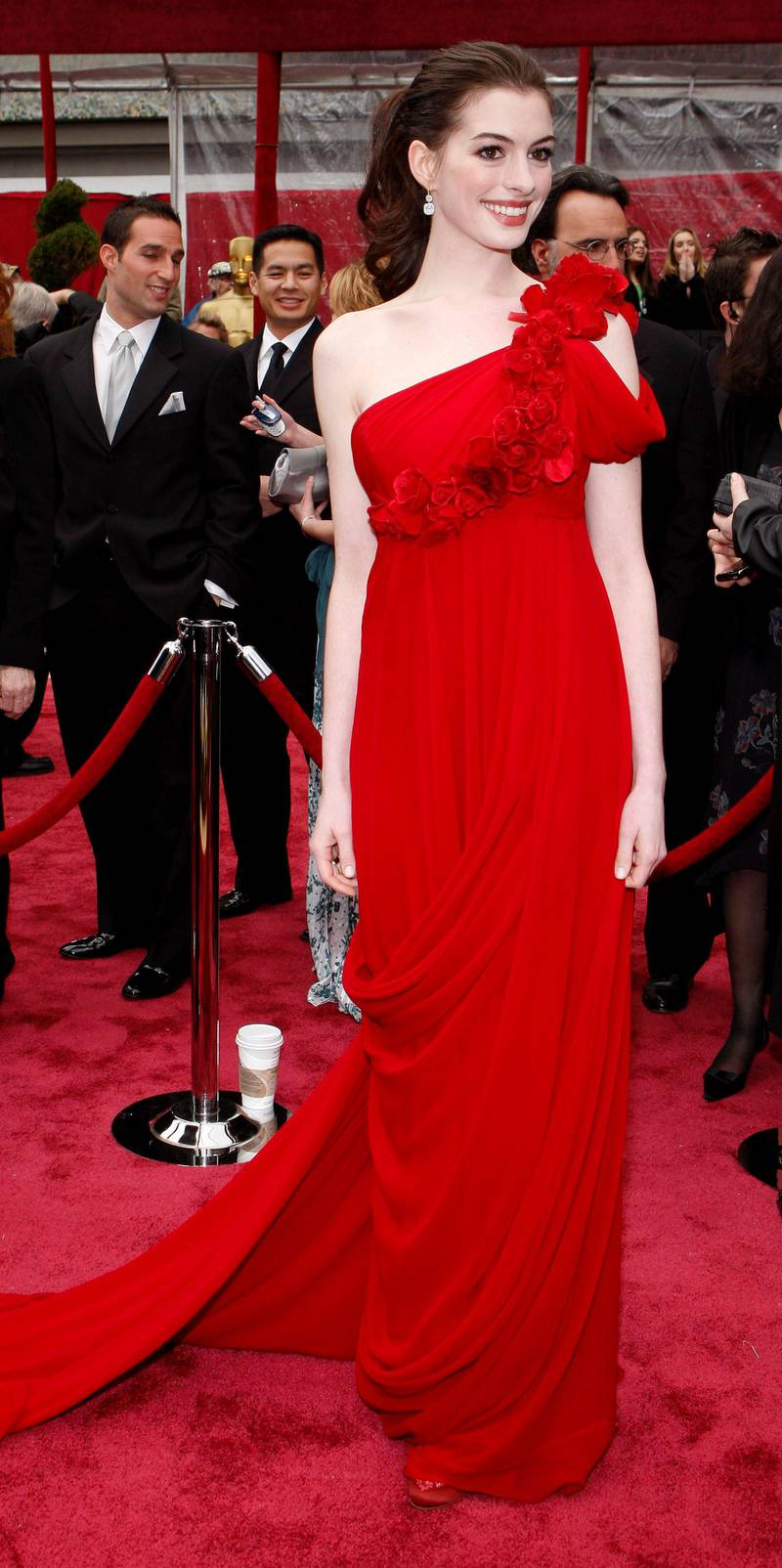 epa01265909 US actress Anne Hathaway arrives for the 80th annual Academy Awards at the Kodak Theatre in Hollywood, California, USA, 24 February 2008. The Academy Awards, popularly known as the Oscars, are presented by the Academy of Motion Picture Arts and Sciences (AMPAS) to recognize excellence of professionals in the film industry, including directors, actors, and writers.  EPA/ANDREW GOMBERT