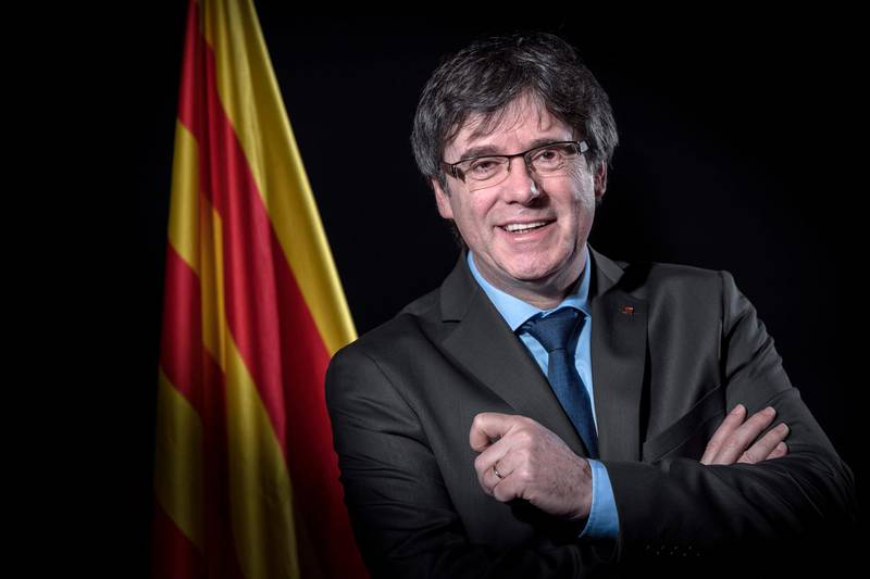 (FILES) In this file photo taken on February 07, 2018 Exiled former Catalan leader Carles Puigdemont poses in front of a Catalan flag during a photo session in Brussels on February 7, 2018.  Puigdemont announced on March 1, 2018 he abandons the bid to be reappointed as Catalan leader. / AFP PHOTO / Emmanuel DUNAND