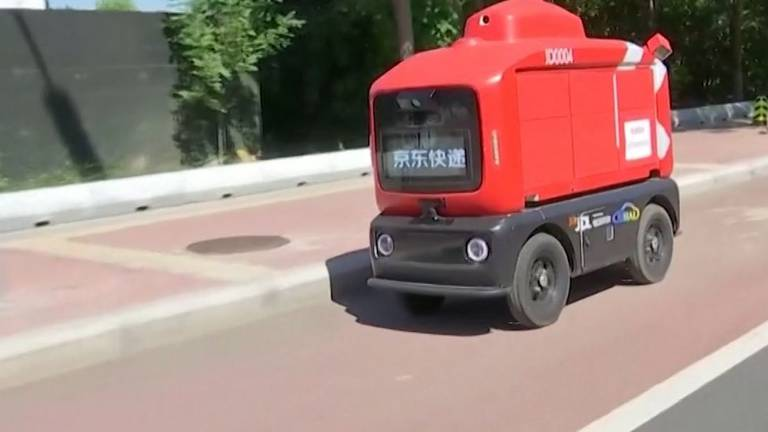 An image that illustrates this article Supermarket uses robots to deliver goods in China