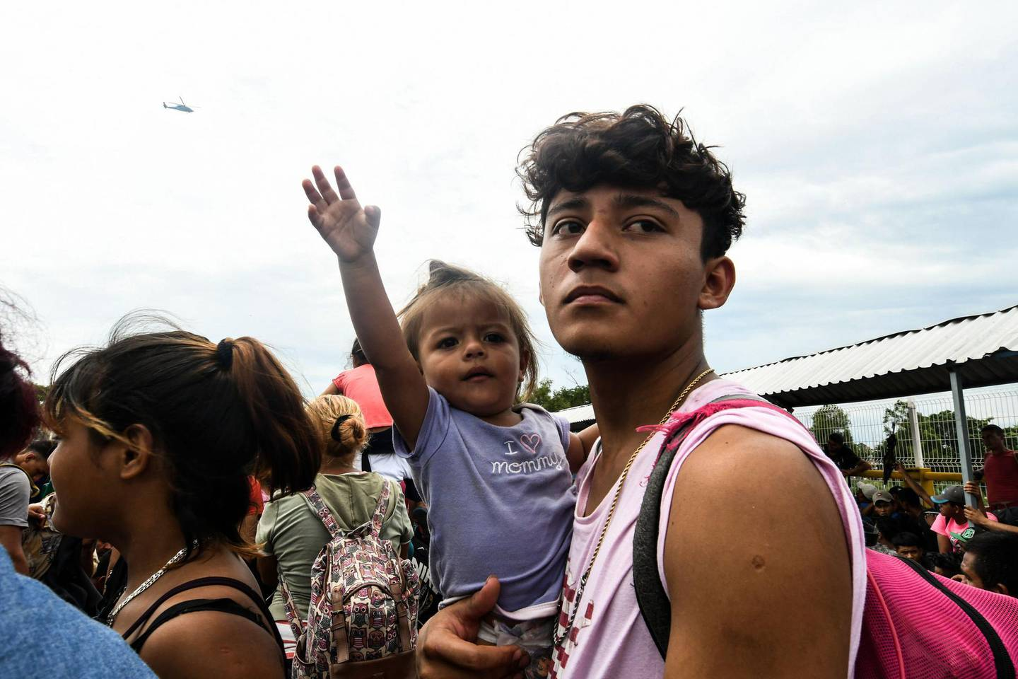 TOPSHOT - Honduran migrants taking part in a caravan heading to the US, arrive at the border crossing point with Mexico, in Ciudad Tecun Uman, Guatemala, on October 19, 2018. Honduran migrants who have made their way through Central America were gathering at Guatemala's northern border with Mexico on Friday, despite President Donald Trump's threat to deploy the military to stop them entering the United States. / AFP / ORLANDO SIERRA