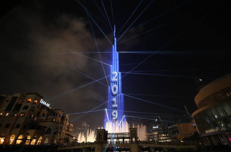 epa07255816 Fireworks illuminate the sky around Burj Khalifa, the tallest building in the world, during New Year's 2019 celebrations in the Gulf emirate of Dubai, United Arab Emirates, 01 January 2019.  EPA/ALI HAIDER