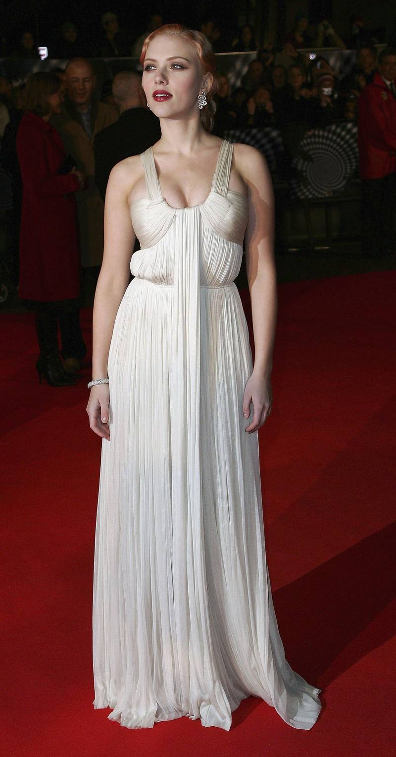 """LONDON - NOVEMBER 05:  Scarlett Johansson arrives at the UK Premiere of """"The Prestige"""" at the Odeon West End Leicester Square on November 5, 2006 in London, England.  (Photo by Gareth Cattermole/Getty Images)"""