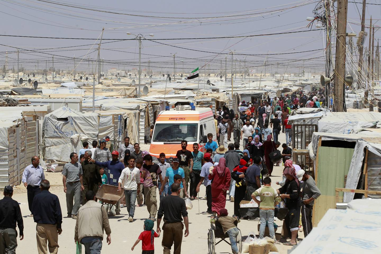 Syrian refugees walk at Al Zaatri refugee camp in the Jordanian city of Mafraq, near the border with Syria, April 25, 2013. REUTERS/Muhammad Hamed (JORDAN - Tags: POLITICS) - RTXYZOH