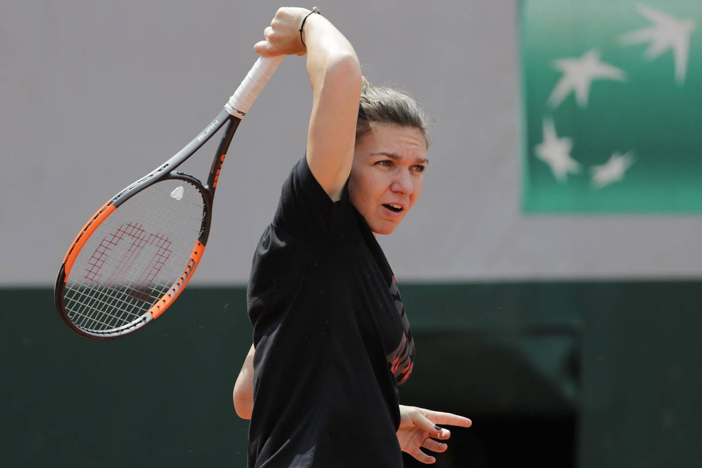Romania's Simona Halep returns the ball during a training session in Paris on May 24, 2018, ahead of The Roland Garros 2018 French Open tennis tournament. / AFP / Thomas SAMSON