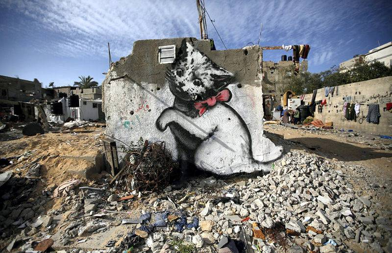 epa04640744 A graffiti mural of a kitten, presumably painted by British street artist Banksy, on the wall of the destroyed house of the Al Shimbari family which was damaged during the 2014 conflict between Israel and Hamas, in Beit hanun town in the northern Gaza Strip, 27 February 2015.  EPA/MOHAMMED SABER *** Local Caption *** 51820508