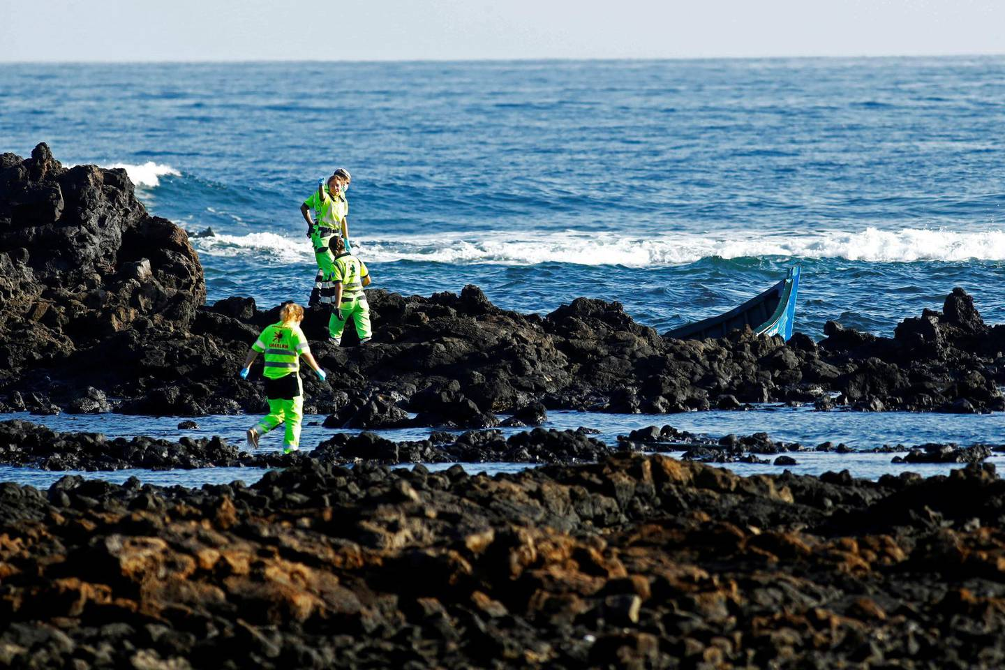 Rescue workers search for bodies after a boat with 35 migrants from the Maghreb region capsized in the beach of Orzola, in the Canary Island of Lanzarote, Spain November 25, 2020. REUTERS/Borja Suarez