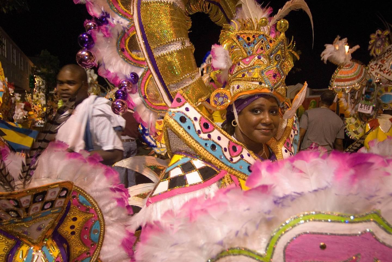 GD1HE4 Carnaval del Junkanoo. Bay Street, Nassau, New Providence Island, Bahamas, Caribbean. New Year's Day Parade. Boxing Day. Costumed dancers celebrate the New Year with the Junkanoo Parade on January 1. Sergi Reboredo / Alamy Stock Photo