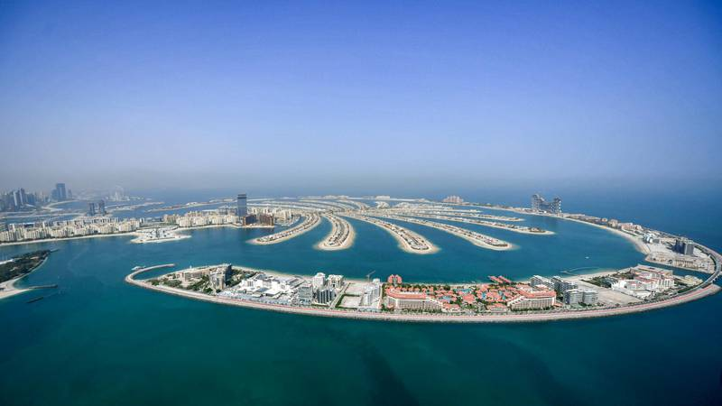 This picture taken on July 8, 2020 shows an aerial view of the man-made Palm Jumeirah archipelago off the Gulf emirate of Dubai, during a government-organised helicopter tour. - Dubai reopened its doors to international visitors on July 7 in the hope of reviving its tourism industry after a nearly four-month closure. (Photo by KARIM SAHIB / AFP)