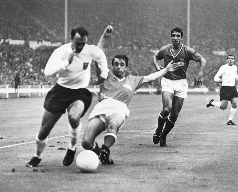 England international football player Jimmy Greaves (L) fights with French footballer Jacky Simon, on July 20, 1966, during the match France / England of the football World Cup, at the Wembley stadium, in England. (Photo by STRINGER / AFP)