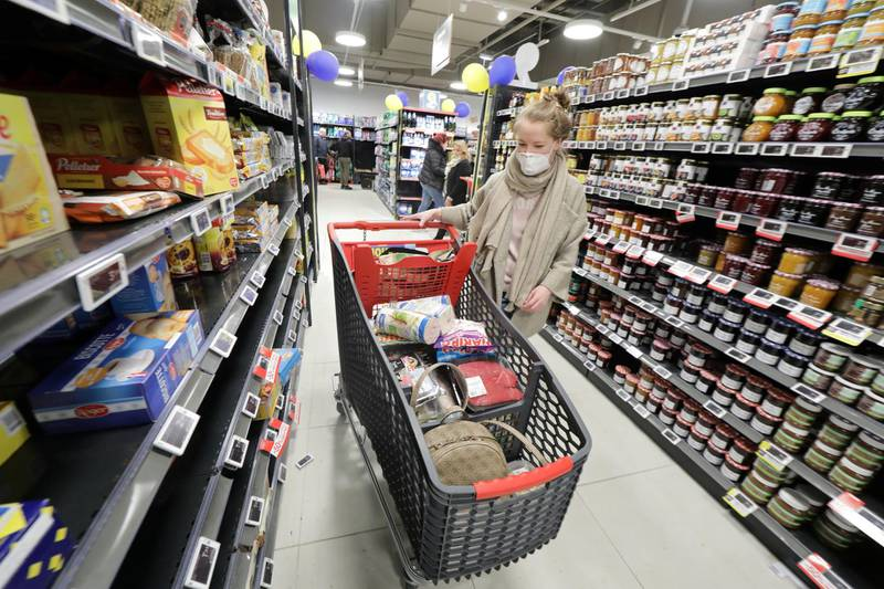 A woman pushes a shopping trolley as she shops in a supermarket at CAP3000 shopping mall in Saint-Laurent-du-Var near Nice as shops, schools remain closed and workers asked to work from home if possible, part of the latest French governmental measures against the coronavirus disease (COVID-19) outbreak, France, March 16, 2020. REUTERS/Eric Gaillard