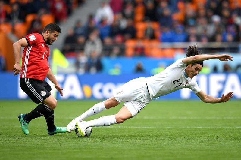 YEKATERINBURG, RUSSIA - JUNE 15:  Sam Morsy of Egypt and Edinson Cavani of Uruguay battle for possession during the 2018 FIFA World Cup Russia group A match between Egypt and Uruguay at Ekaterinburg Arena on June 15, 2018 in Yekaterinburg, Russia.  (Photo by Matthias Hangst/Getty Images)