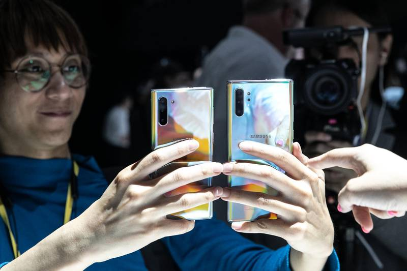 An attendee holds Samsung Electronics Co. Galaxy Note 10 smartphones during the Samsung Unpacked product launch event in the Brooklyn borough of New York, U.S., on Wednesday, Aug. 7, 2019. The new Galaxy Note 10 lineup will be pivotal in Samsung's effort to ward off competition from rivals Apple Inc., Huawei Technologies Co., and other fast-growing Chinese vendors. Photographer: Jeenah Moon/Bloomberg