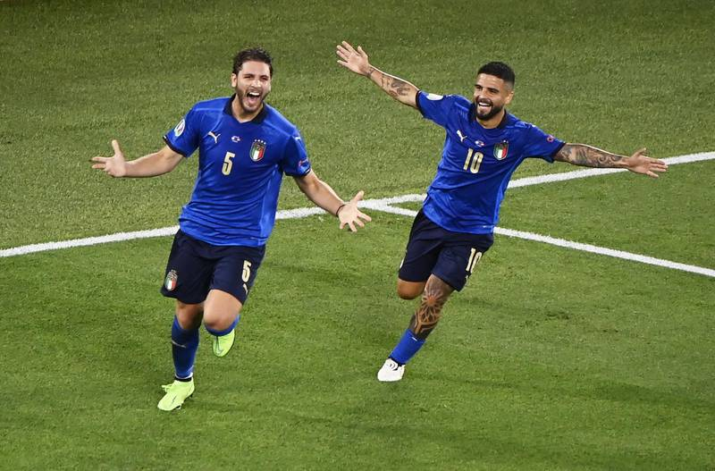 epa09277954 Manuel Locatelli (L) of Italy celebrates with team-mate Lorenzo Insigne after scoring the 1-0 goal during the UEFA EURO 2020 group A preliminary round soccer match between Italy and Switzerland in Rome, Italy, 16 June 2021.  EPA/Riccardo Antimiani / POOL (RESTRICTIONS: For editorial news reporting purposes only. Images must appear as still images and must not emulate match action video footage. Photographs published in online publications shall have an interval of at least 20 seconds between the posting.)