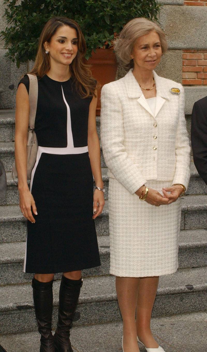 MADRID, SPAIN - SEPTEMBER 30:  Queen Sofia of Spain receives Queen Rania of Jordan (L) at Zarzuela Palace September 30, 2003 in Madrid, Spain.  (Photo by Carlos Alvarez/Getty Images)