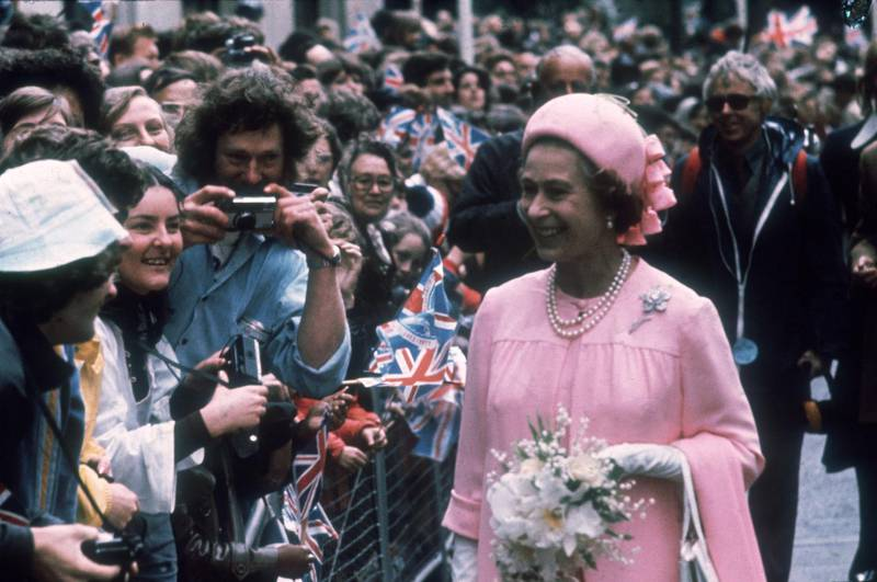 7th June 1977:  Queen Elizabeth II greets the crowds outside St Paul's Cathedral on the occasion of her Silver Jubilee.  (Photo by Fox Photos/Getty Images)