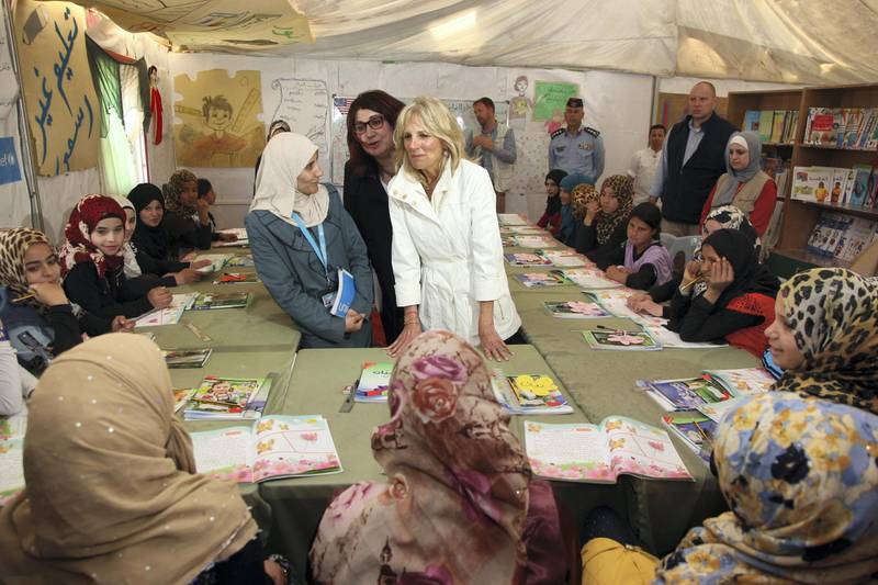 The wife of US vice president, Jill Biden (C) meets Syrian refugee children on March 10, 2016 at the Zaatari refugee camp, located close to the northern Jordanian city of Mafraq near the border with Syria. - US Vice President Joe Biden and his wife Jill Biden, visit Jordan, a key ally in the fight against the Islamic State jihadist group, on the latest leg of a Middle East tour. (Photo by AHMAD ABDO / AFP)