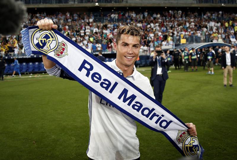 MALAGA, SPAIN - MAY 21: Cristiano Ronaldo (C) of Real Madrid celebrates his team's championship with his team mates in after the La Liga match between Malaga and Real Madrid at La Rosaleda Stadium on May 21, 2017 in Malaga, Spain. (Photo by Burak Akbulut/Anadolu Agency/Getty Images)