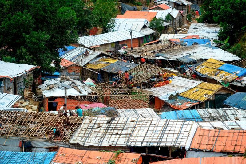 Rohingya refugees renovate makeshift houses at Kutupalong refugee camp in Ukhia district on August 23, 2019. / AFP / MUNIR UZ ZAMAN