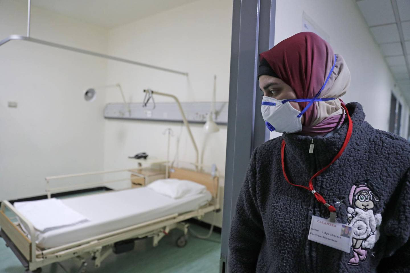 TOPSHOT - A Lebanese employee wearing a protective mask looks at a bed in a ward where the first case of  coronavirus in the country is being treated, at the Rafik Hariri University Hospital in the southern outskirts of the capital Beirut, on February 22, 2020. Lebanon confirmed on February 21, the first case of the novel coronavirus, found in a 45-year-old Lebanese woman who had travelled from the holy city of Qom in Iran, while two other cases were being investigated. / AFP / ANWAR AMRO