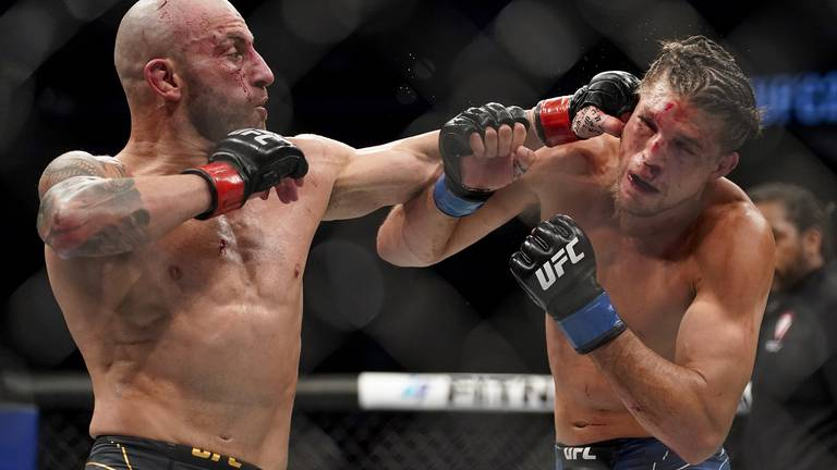 An image that illustrates this article UFC 266: Volkanovski retains featherweight title in instant classic