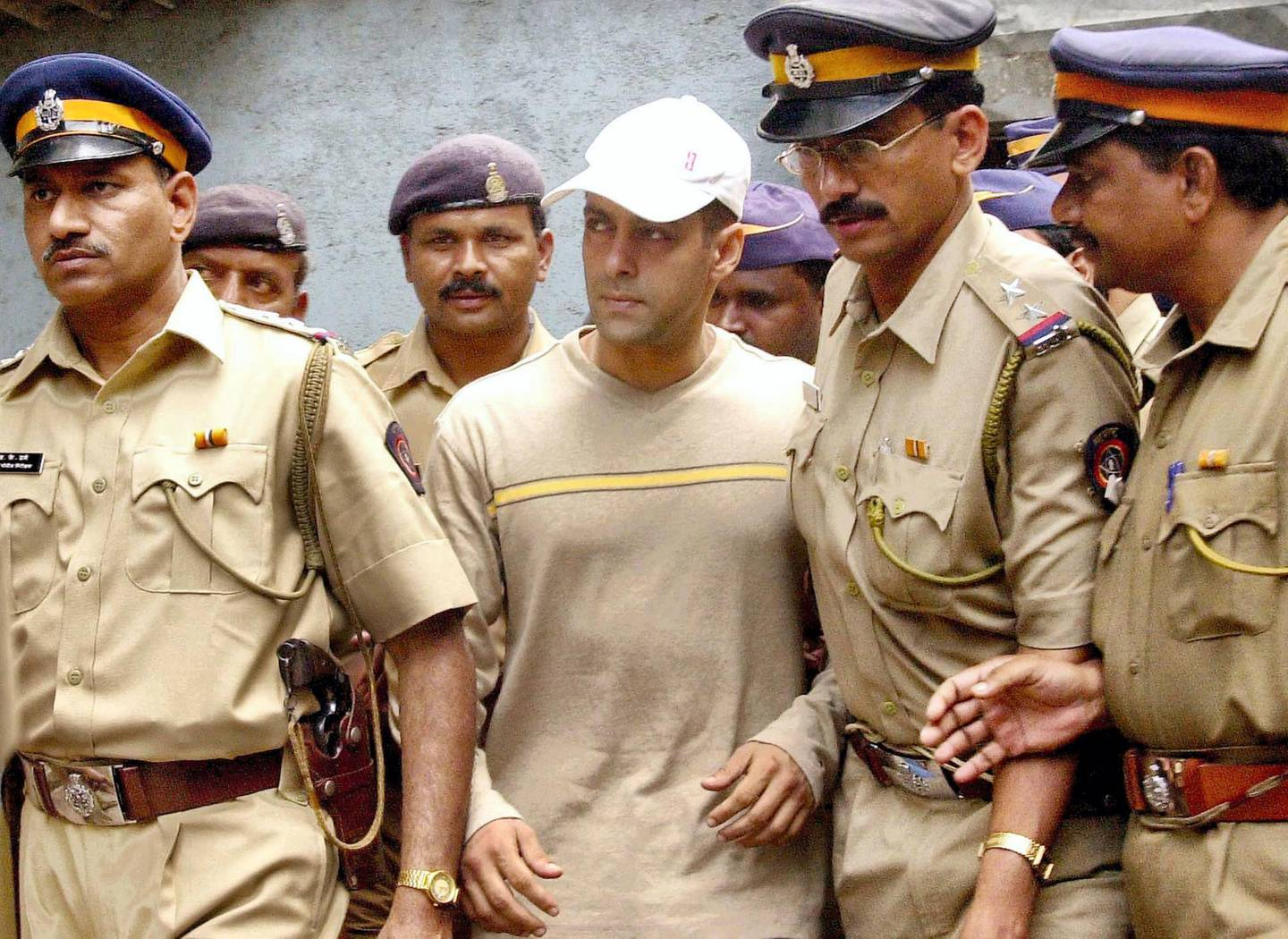 Bombay police officials escort Bollywood star Salman Khan (C) to court in Bombay 21 October 2002. Khan, who is currently in custody for alleged drunk driving leading to the death of a homeless man, was remanded for further custody by the court until 31 October. AFP PHOTO/Sebastian D'SOUZA (Photo by SEBASTIAN D'SOUZA / AFP)