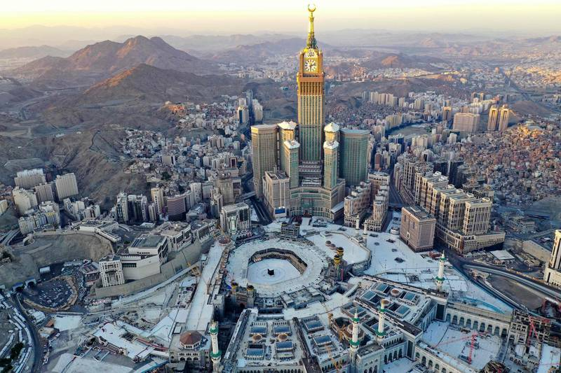 TOPSHOT - An aerial view shows the Great Mosque and the Mecca Tower,  deserted on the first day of the Muslim fasting month of Ramadan, in the Saudi holy city of Mecca, on April 24, 2020, during the novel coronavirus pandemic crisis. / AFP / BANDAR ALDANDANI